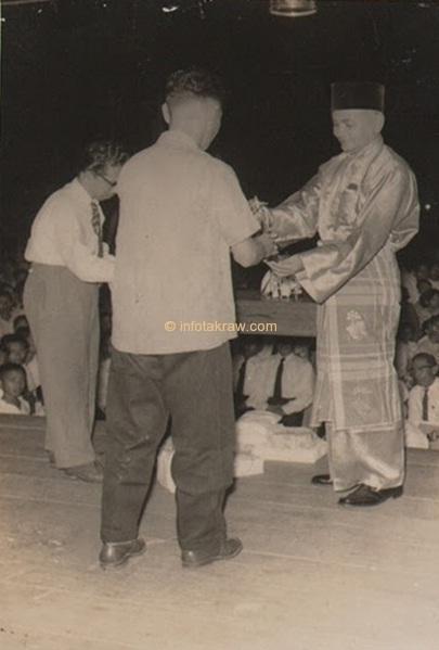 地区役員ヤンのチームリーダーメガワティsepakraga賞品勝者としてハミドマイディン(カメラを回す)、オリッサ1959に位置ケダヤンコート