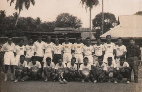 Hamid Mydin Sepakraga team while he was in the state (Hamid Mydin no.6 standing from left)