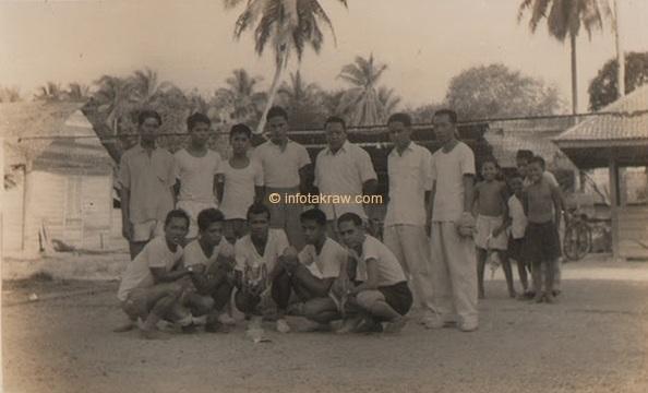 Hamid Mydin squadra Sepakraga mentre era in stato di (Hamid Mydin No.1 seduto a destra)
