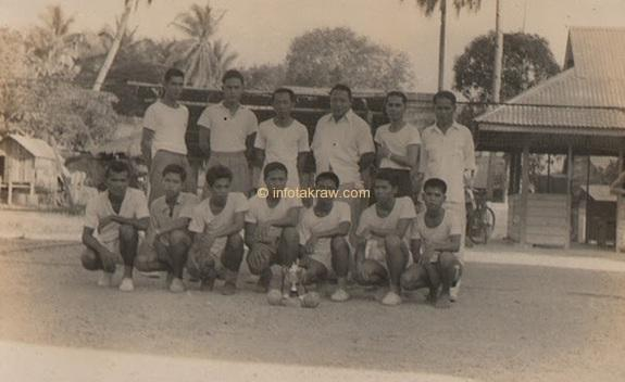 Hamid Mydin Sepakraga team while he was in the state (Hamid Mydin stand no.2 from right)