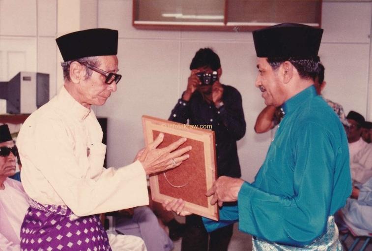 """Ordförande i Penang Malay Association Datuk Haji Mohd Latiff Befälhavare presenterar Certificate """"Certificate of Värdering till en person"""" till Hamid Mydin"""