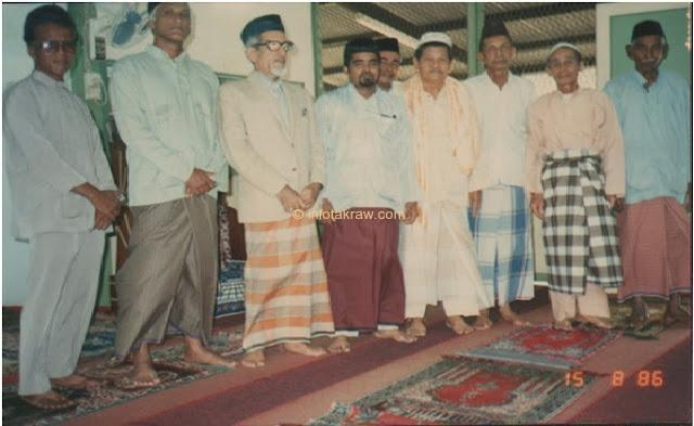 Hashim Hamid Mydin together Dugan, Nordin Majid, Abdul Hamid Abdul Aziz and colleagues at the Patani Road Mosque, Penang 1986