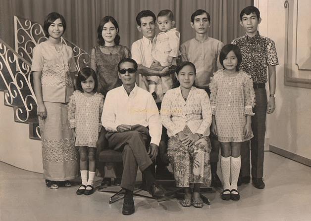 왼쪽에서 최전선 : Faulziah, 하미드 Mydin, Asmah (아내), Zainab 가족 1971년 11월 20일와 하미드 Mydin. 왼쪽 Maimunah, 파티마, Pawanchik, 압둘 Gaffar, MOHD에서 Zahari, 압둘 Shukur에서 서